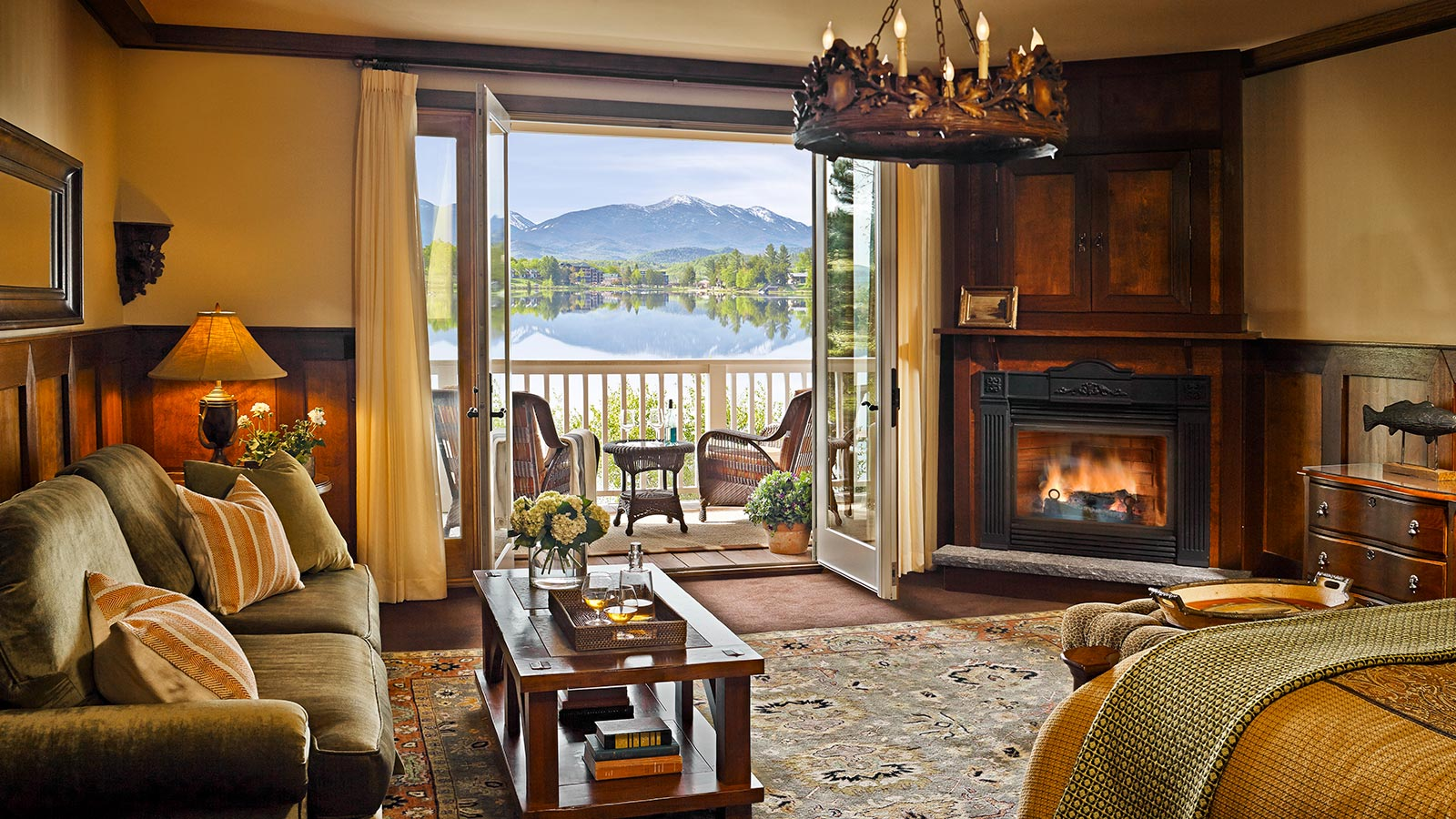 Suite with view of the lake and mountain