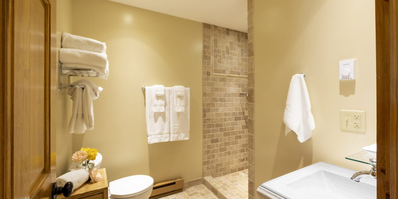 Lakeside Family Suite Bathroom